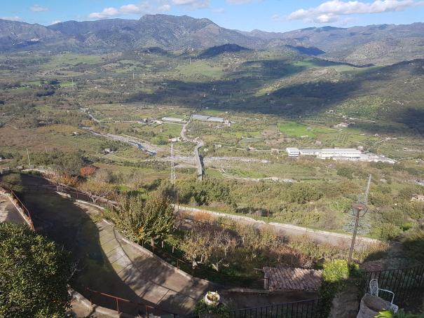 castiglione di sicilia veduta sul fiume alcantara e sulle gurne foto taobook