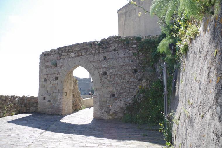 savoca arco ingresso quartiere medioevale foto taobook