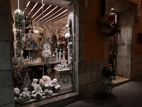 negozi sul corso umberto per il natale di Taormina