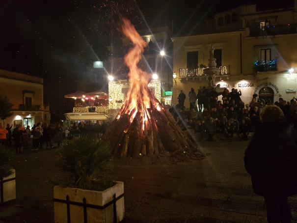 falò in piazza duomo natale a taormina