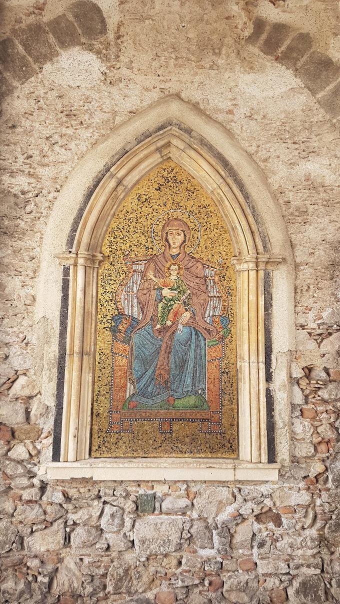 mosaico madonna con bimbo in grembo taormina torre dell'orologio