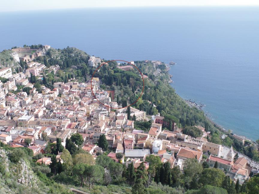 villa comunale di taormina vista da piazza 9 aprile