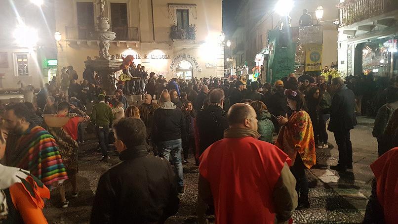 taormina carnevale 2019 folla piazza duomo