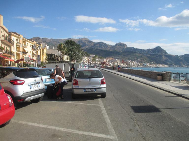 Lungomare Giardini-Naxos e Taormina nello sfondo